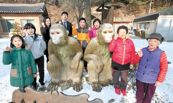 People of various ages who were born in the Year of Monkey gather around monkey statues in Wonhak-dong, Geochang County, South Gyeongsang. The village is dubbed Golden Monkey Village because of its local legend. [SONG BONG-GEUN]