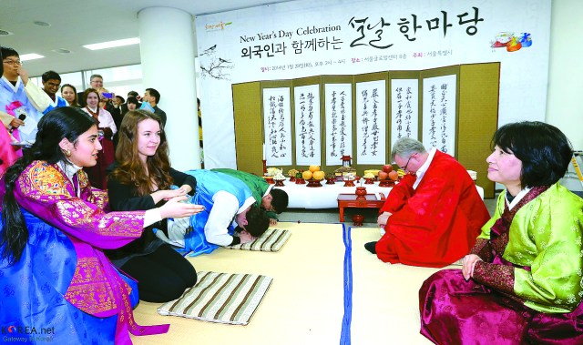 "People practice their sebae during the ""New Year's Day Celebration"" at the Seoul Global Center on January 28. Provided by Jeon Han / Korea.net"
