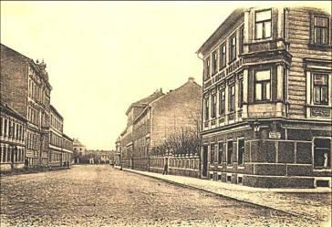 Obr. č. 16 V rohové budově na snímku vpravo sídlil vrchní železniční dopravní úřad a později budějovické ředitelství státních drah.