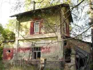 Bývalý strážní domek č.92 u Opřetic v km 125,795.