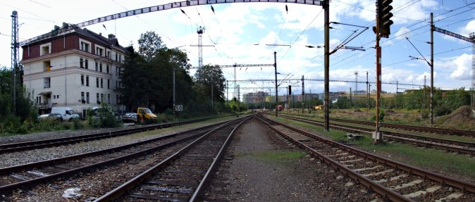 Praha-Vršovice, seřaďovací nádraží 14.8.2018 Vlevo je bývalá ubytovna, za poslední kolejí vpravo budou začínat nástupiště zastávky Eden (Autor: mirekk, koridory.cz)