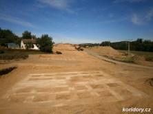 Připravené betonové šablony pro vrtání pilotAutor: Simba, koridory.cz