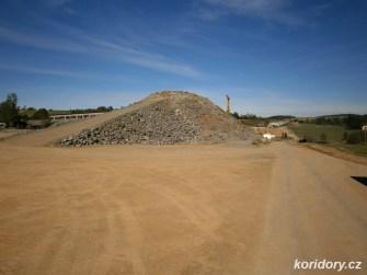 Hromada vytěženého lomového kamene ještě přijde vhod ke stavbě náspuAutor: Simba, koridory.cz