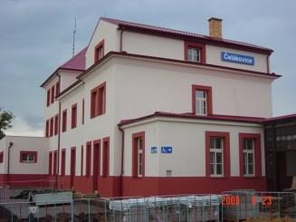 Čelákovice - nádražní budova po rekonstrukci v r. 2009 (zdroj: nasecelakovice.org)