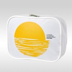 Фотография белой косметички с желтым логотипом кинофестиваля Кинотавр