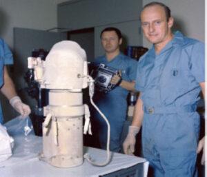 Astronaut Pete Conrad a fotograf s kamerou sondy Surveyor 3 (zdroj NASA JSC photo S-69-62290)