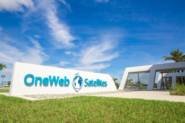 Před sídlem OneWeb