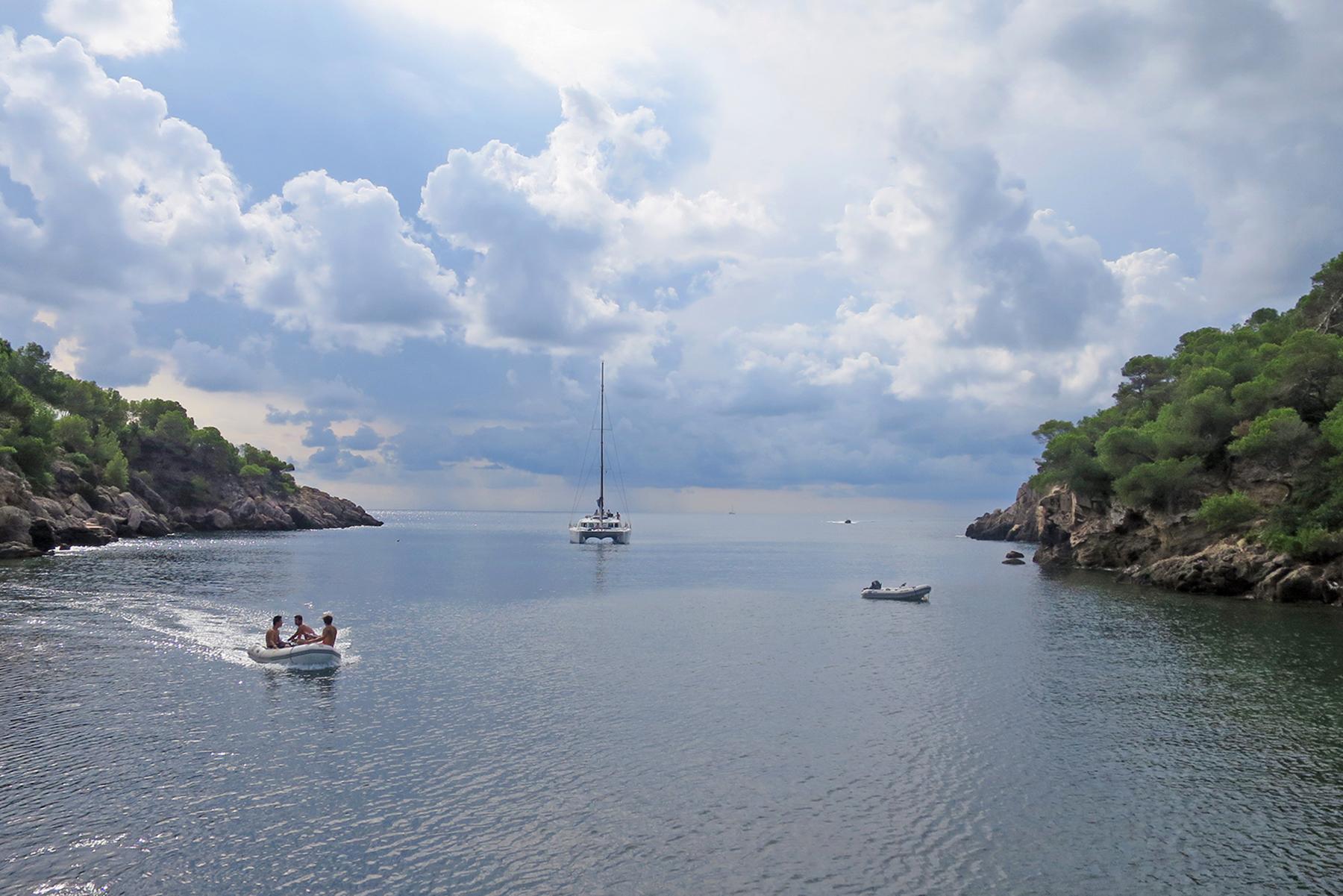Inselparadies Ibiza: Bilderbuchstrände, Blumenkinder & der Beat der Balearen