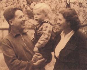Ο Νίκος Ζαχαριάδης και η Ρούλα Κουκούλου με τον γιο τους Σήφη Ζαχαριάδη, 1953
