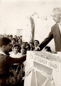 Ο Κωνσταντίνος Ι. Μερεντίτης απονέμει αριστείο στον μαθητή του Γυμνασίου Ν. Φιλαδέλφειας Κώστα Π. Παντελόγλου, 27 Οκτωβρίου 1960