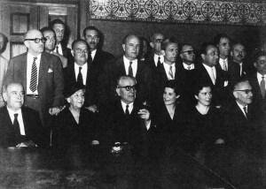 Ο πρόεδρος της ΕΔΑ Γιάννης Πασαλίδης, καθισμένος στο κέντρο. Περιστοιχίζεται από μέλη της κοινοβουλευτικής ομάδας του κόμματος μετά τις εκλογές του 1958. Πίσω του, όρθιος, ο Ηλίας Ηλιου (φωτ.: Κ.Γ. Μεγαλοκονόμου - Εκδοτική Αθηνών).