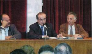 Ο Νίκος Αδαμόπουλος στο βήμα της εκδήλωσης της 25/10/2002 ανάμεσα στον Νίκο Κασίμη και τον Κώστα Γιαννόπουλο