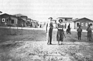"""Ο Κώστας Σγούτας με την αδελφή του στη Νέα Ιωνία το 1924. Πηγή: Χ.Σαπουντζάκης-Λ.Χριστοδούλου """"Η Νέα Ιωνία στον Μεσοπόλεμο"""", Ένωση Σπάρτης Μικράς Ασίας 2013."""