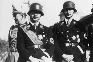 Σε πρώτο πλάνο ο Χάινριχ Χίμλερ το 1937