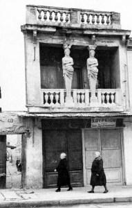 Οι Καρυάτιδες στην οδό των Ασωμάτων. Φωτογραφία του Henri Cartier Bresson.