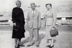 Το τρίο των γυμναστών του Γυμνασίου Νέας Φιλαδέλφειας στο γήπεδο της ΑΕΚ σε περίοδο γυμναστικών επιδείξεων