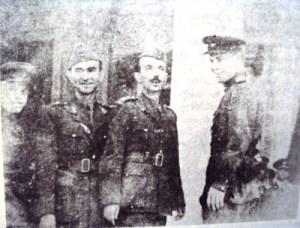 Ο στρατηγός Ποπόφ, επικεφαλής της σοβιετικής αποστολής στην είσοδο της μητρόπολης Αθηνών αριστερά του ο Σπύρος Κωτσάκης ή Νέστορας και ο υπασπιστής ταγματάρχης Αθ. Αθηνέλης