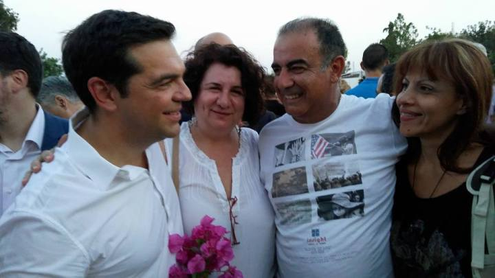 Η τοπική οργάνωση του ΣΥΡΙΖΑ παρά τω πρωθυπουργώ: η ταμίας Ελένη Παπανικολάου, ο συντονιστής Γιώργος Ανεμογιάννης και η σύζυγός του στον Ασύρματο την Παρασκευή 22/7