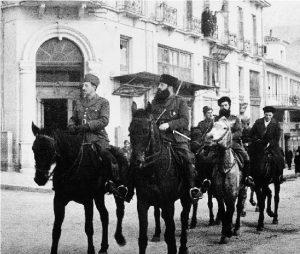 Ο Στέφανος Σαράφης, στρατιωτικός αρχηγός του ΕΛΑΣ (αριστερά) μαζί με τον Άρη Βελουχιώτη, γενικό καπετάνιο του ΕΛΑΣ, στα Γιάννενα