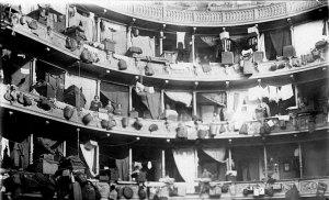 Μικρασιάτες πρόσφυγες εγκατεστημένοι στα θεωρεία του Δημοτικού Θεάτρου της Αθήνας (πλατεία Κοτζιά)