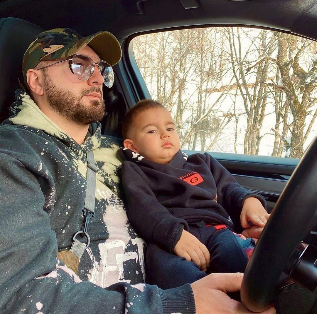 Gjiko e mëson djalin të vozisë veturë
