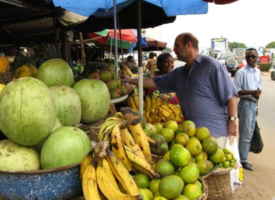 img_0146-eddie-buying-fruit.jpg