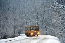 Vanyarc, 2017. január 13. Egy menetrend szerint közlekedõ Ikarus 266-os típusú autóbusz halad a havas szerpentinen a Nógrád megyei Vanyarc és Szirák között 2017. január 13-án. MTI Fotó: Máthé Zoltán
