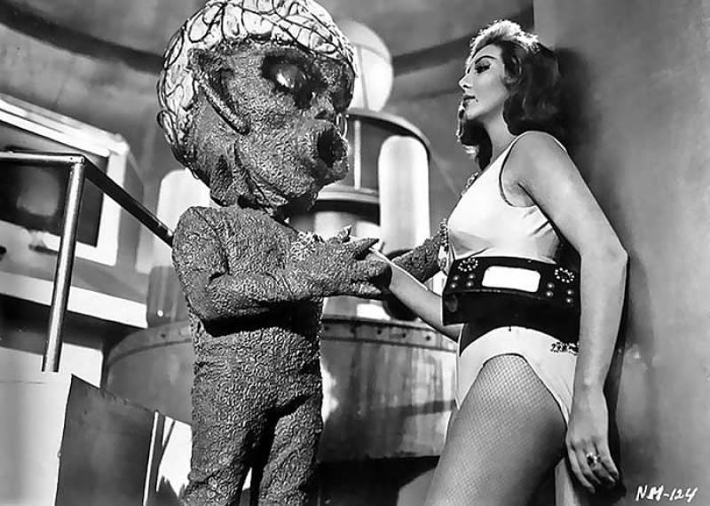 1960 Meksika yapımı bir korku bilimkurgu filmi olan Ship on Monsters'tan bir sahne.