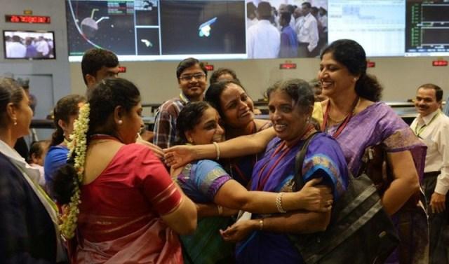 Hindistan'ın kaşif robotu Mangalyaan'ının ilk denemede Mars'ın yörüngesine başarıyla oturuşunu kutlayan kadınlar