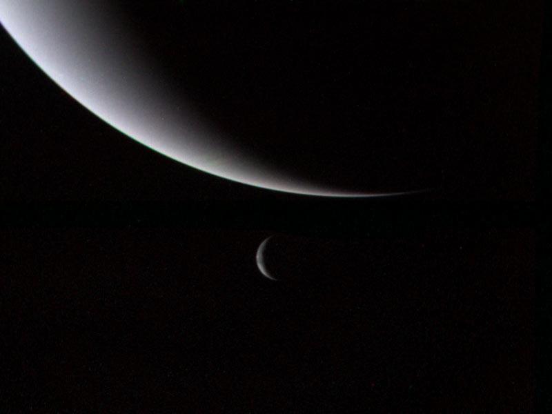 Neptün ve uydusu Triton'un bir arada görünüşü