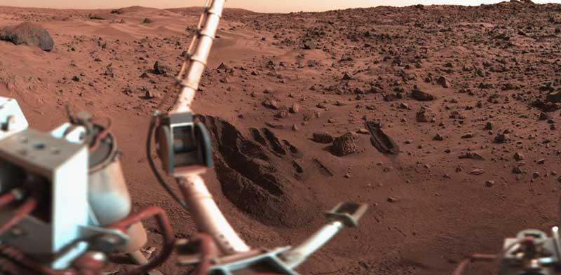 Viking 1 uzay aracının gönderdiği renkli Mars fotoğraflarından biri. Fotoğrafta, aracın kazıcı kepçesiyle mars yüzeyinde açtığı oyukları görebilirsiniz.