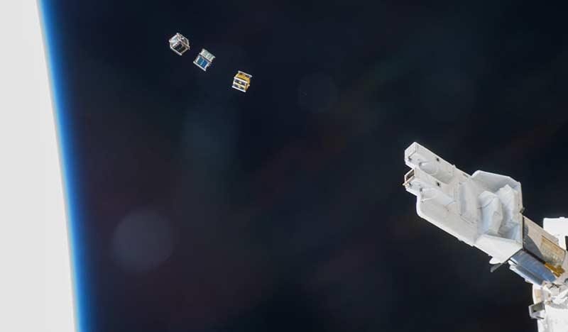 Uluslararası Uzay İstasyonu'ndan yörüngeye bırakılan 3 adet küp uydu.