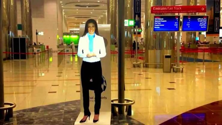 Dubai havaalanında yolcuları bilgilendiren bir hologram. Bu tür basit hologramlar, günümüzde artık kullanıma geçmiş durumda.