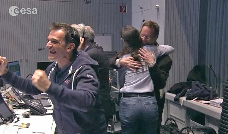 """Rosetta görev ekibinin, Philae sondası yüzeye indikten sonra yaşadıkları """"geçici"""" sevinç..."""