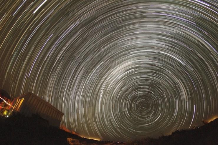 Şili, Atacama'dan yaklaşık 2 saatlik pozlamayla elde edilmiş bir yıldız izi çalışması. (Kaynak: https://www.astrobin.com/245069/)