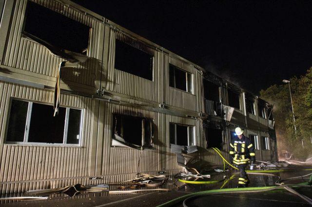 Rottenburg, 2015. szeptember 7. Egy bevándorlókat befogadó épület tüzét oltják tûzoltók a Neckar menti Rottenburgban 2015. szeptember 7-én hajnalban. Egyelõre vizsgálják a tûz okát, amelynek következtében négy ember kórházi ápolásra szurul. Az utóbbi hónapokban több, a bevándorlóknak szállást adó épületet gyújtottak fel Németországban. (MTI/EPA/Marijan Murat)
