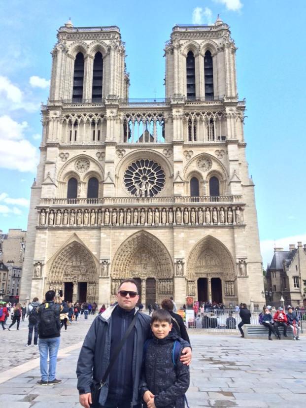 Hajdu Zoltán és fia, Tamás a Notre-Dame előtt