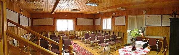 A kép a rigmányi református egyházközség gyülekezeti házának a belsejéről készült. A falon a hívek család- és ősfái láthatók.