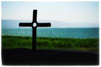 Au bord du lac de Tibériade, un petit autel de pierre, dans lequel une croix est scellée.