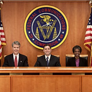 FCC commissioners 1 300x300 - La FCC suspenderá la mayoría de las operaciones el 3 de enero, si el cierre del gobierno continúa