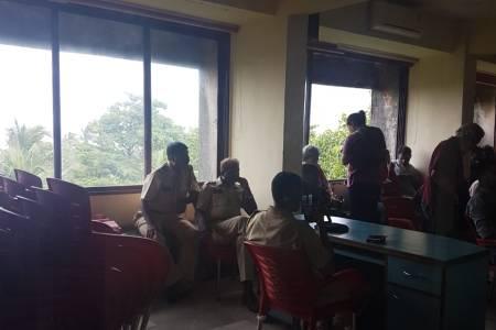 Mumbai- Police 'stop' the #Aadhaarpublic...