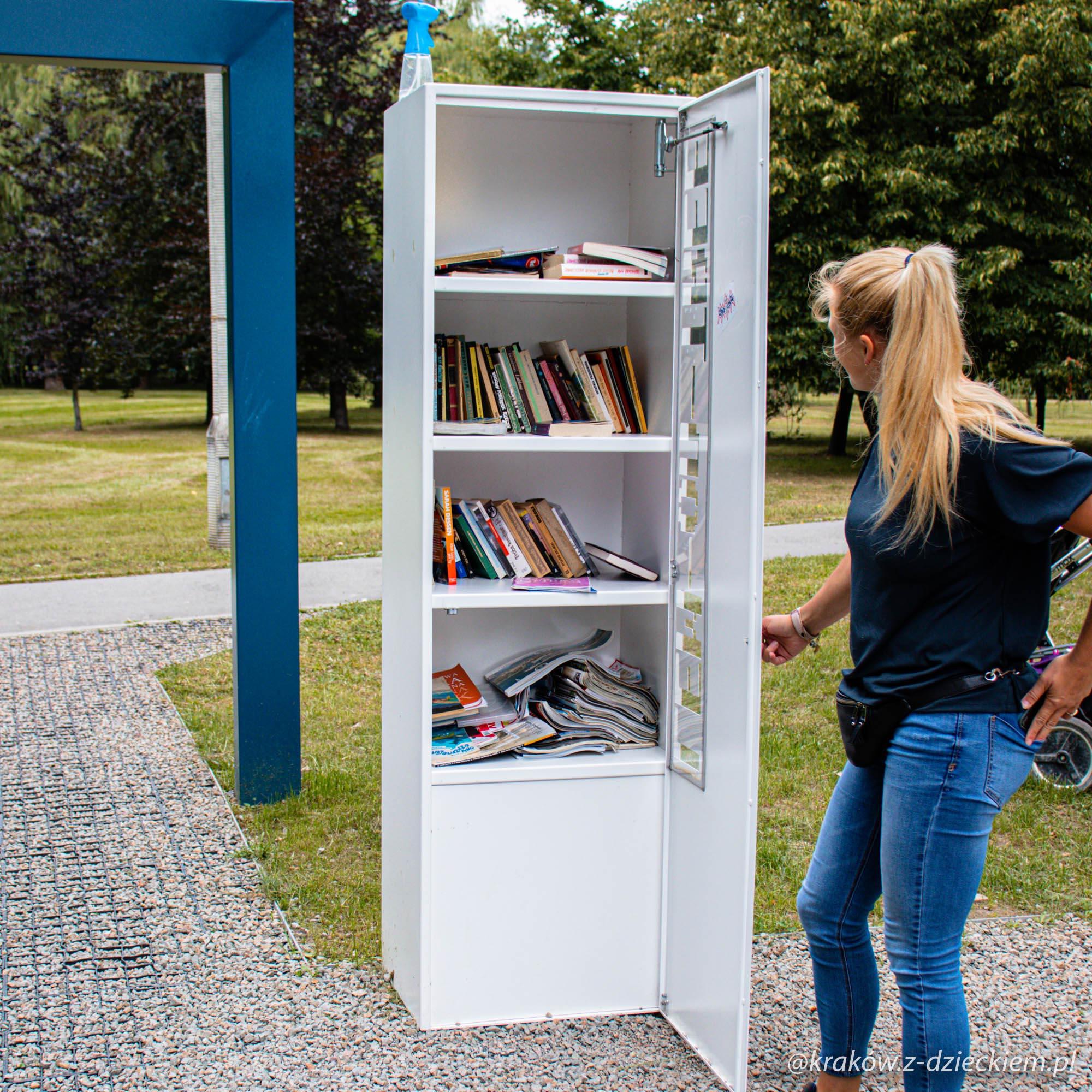 szafa na książki w parku maćka i doroty