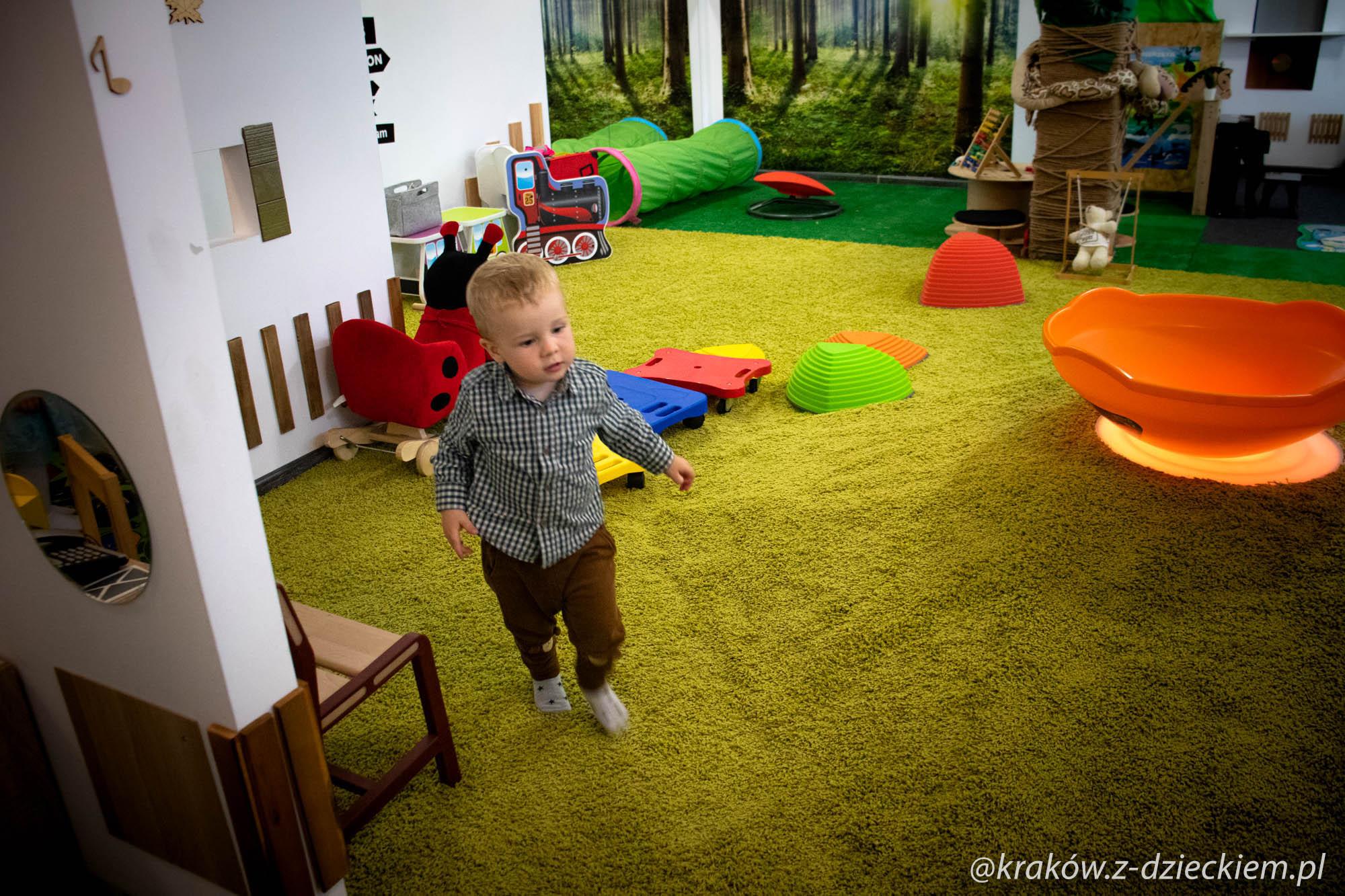 dziecko w bawialni