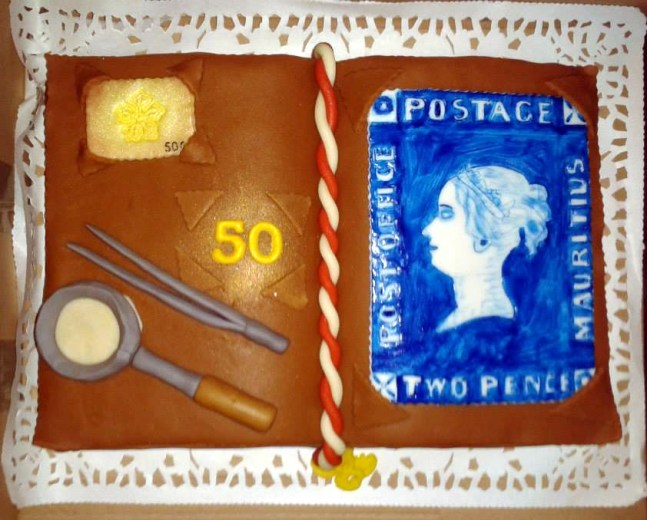 Unikátní narozeninový dort pro filatelisty