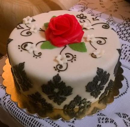 Stylový narozeninový dort s marcipánovou růží