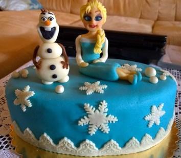 Zimní dort pro děti se sněhuláčkem