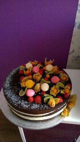 Naked cake s makronkami