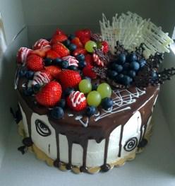 Narozeninový dort zdobený ovocem