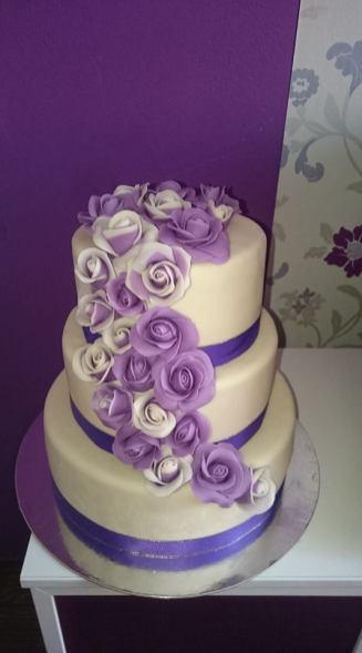 Svatební dort s růžemi