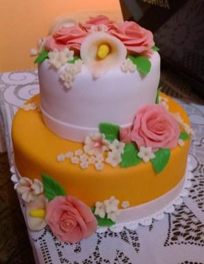 Dvoupatrový svatební dort potažený marcipánem